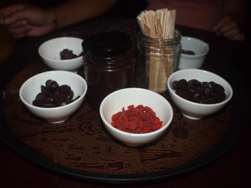 バリ島チャーリーさんのチョコレート工場でオーガニックチョコレート試食