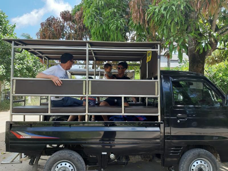 レンボガン島のタクシーは軽トラ