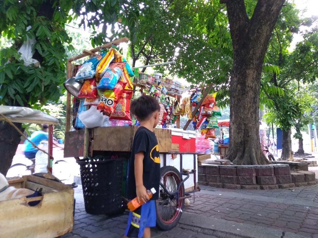 マニラの街中によくあるお菓子やジュースのスタンド