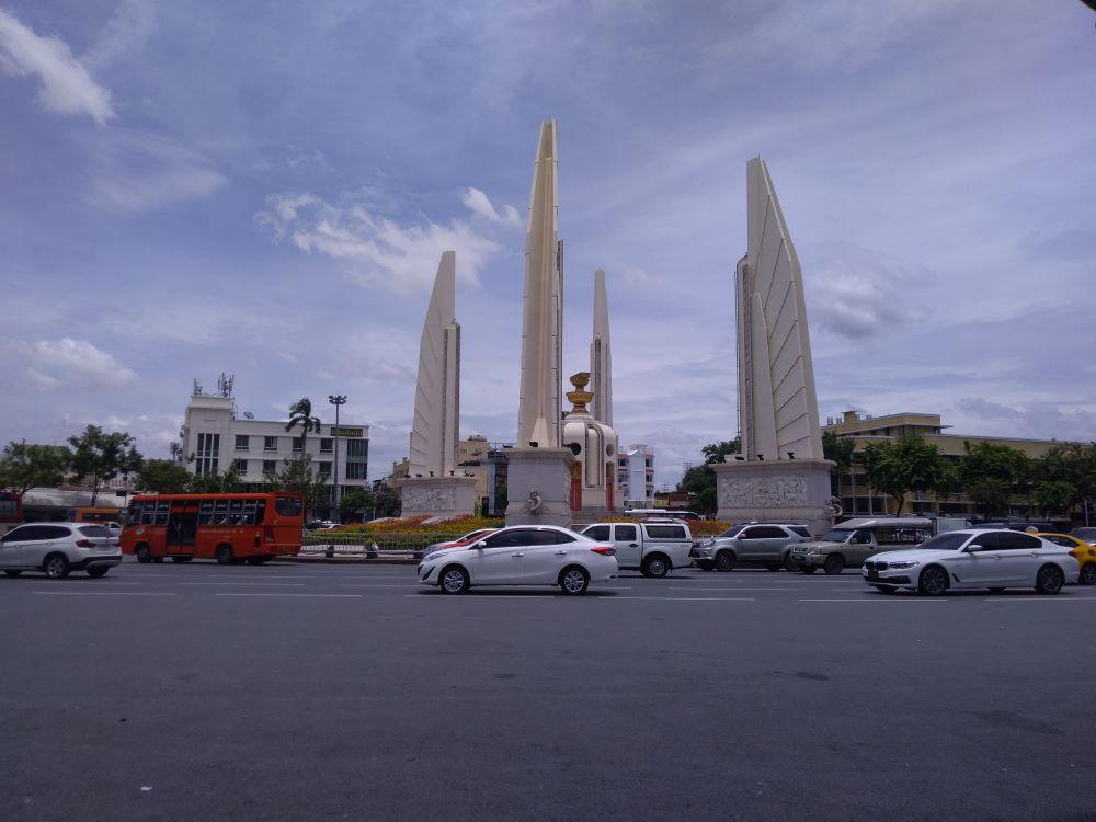 カオサンロード近くバンコク民主記念塔