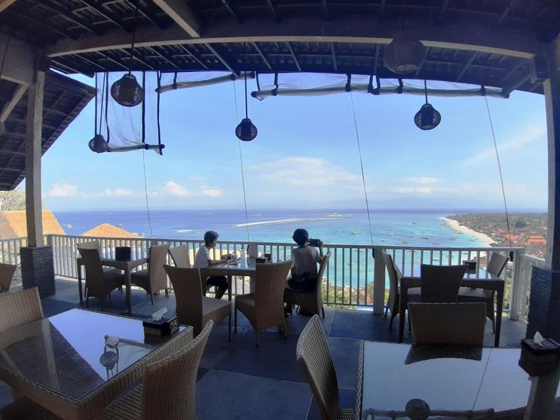 レンボガン島ジェンガラヒルのレストランJ RESTで朝食